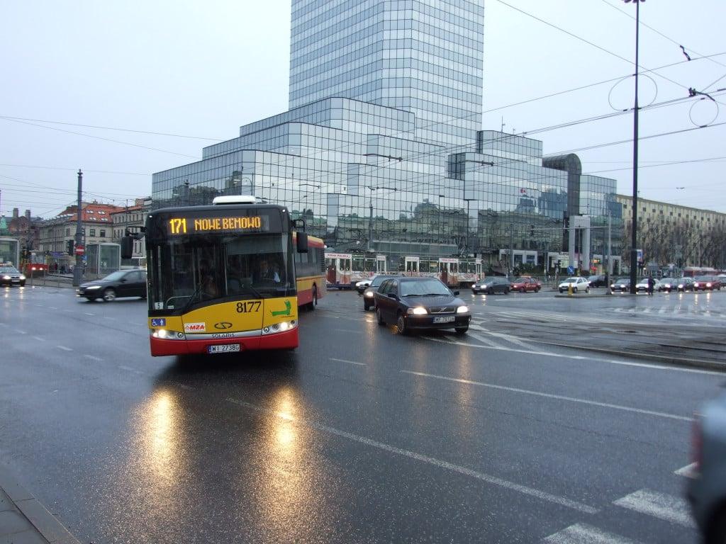 Varšava,_Śródmieście,_Plac_Bankowy,_autobus_MHD_Solaris